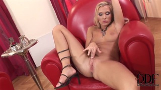 Blondie playing with her luscious pink pussy